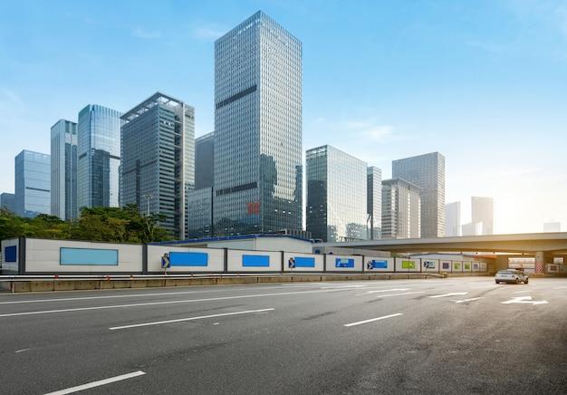 Autoroute vide avec le paysage urbain et les toits de shenzhen, chine. Photo Premium