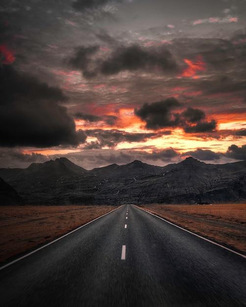 Autoroute Vide Avec Vue Sur La Montagne Sous Un Ciel Sombre Photo Premium