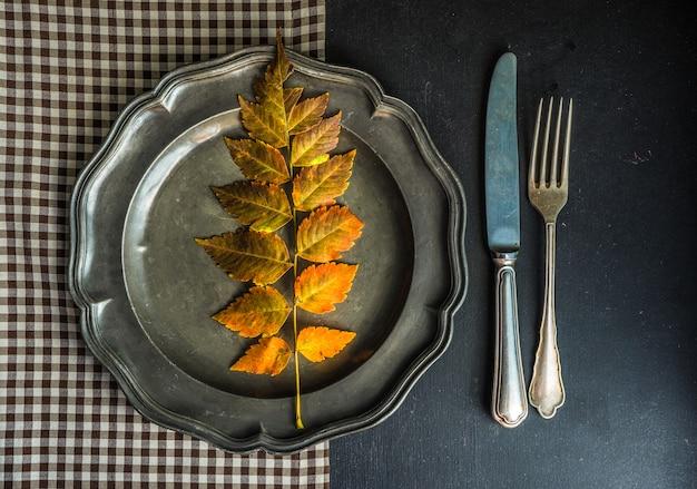 Autumnal à feuilles jaunes Photo Premium