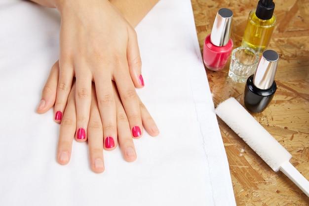 Avant et après le traitement des ongles de femme dans le salon Photo Premium