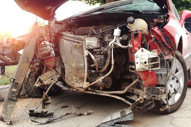 L'avant d'une voiture rouge a eu un accident de la route. Photo Premium