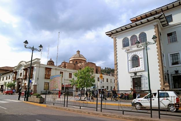 Avenida el sol, l'avenue principale de cusco avec coricancha ou temple du soleil des incas au loin, pérou Photo Premium