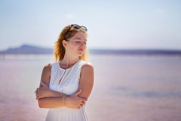 Aveuglément aller nature portrait de la fille au lac salé Photo Premium