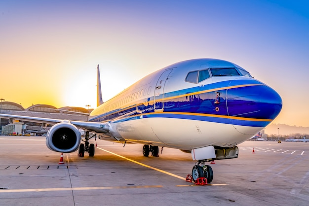 Avion d'aérodrome sur l'aire de trafic Photo Premium