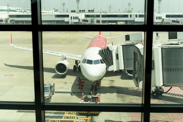 Avion sur l'aérodrome préparant le vol avec hébergement au sol. Photo Premium