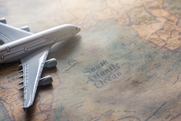 Avion sur une carte en papier pour image de voyage aventure découverte Photo Premium