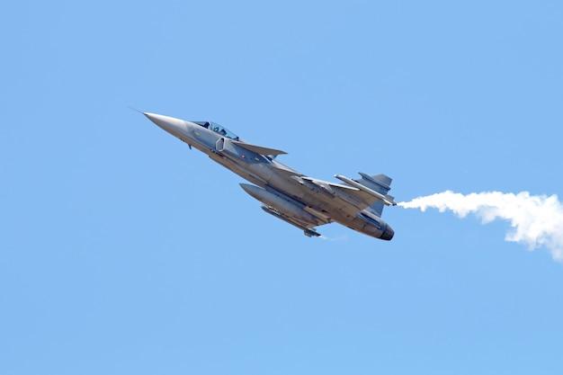 Avion de chasse militaire sur ciel bleu Photo Premium
