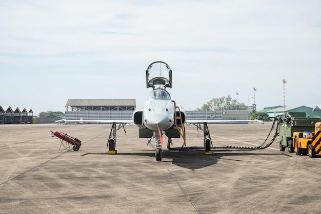 Avion de chasse stationné. Photo Premium