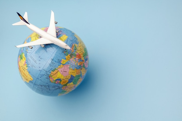 Avion Conceptuel Sur Globe Terrestre Photo Premium