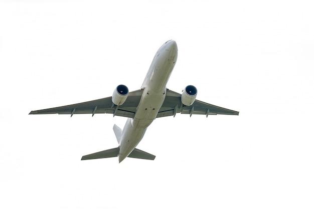 Avion décolle de l'aéroport international isolé sur blanc Photo Premium