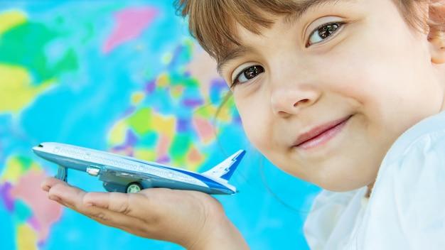 L'avion est entre les mains de l'enfant. mise au point sélective. Photo Premium