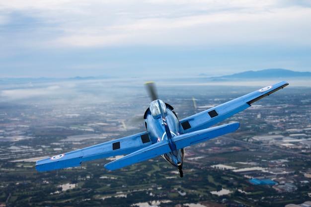 Avion à hélices vintage sur le ciel Photo Premium