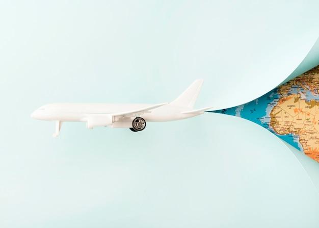 Avion Jouet Blanc Avec Carte Du Monde Photo gratuit