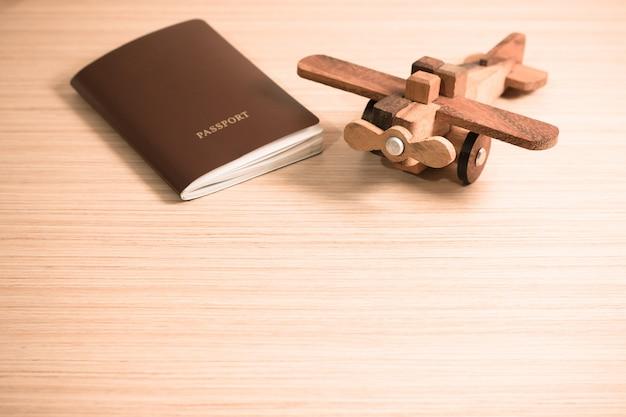 Avion jouet en bois et le passeport avec espace de copie. concept de voyage Photo Premium