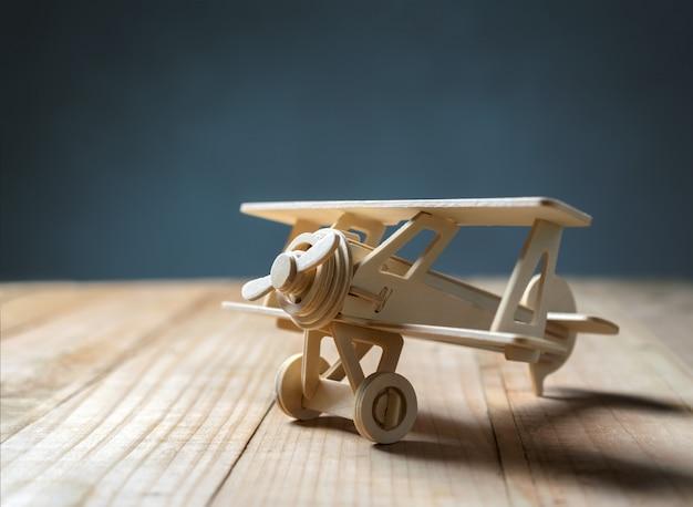 Avion jouet en bois sur la table en bois vue d'en haut. Photo Premium