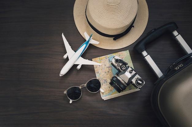 Avion jouet près de fournitures de voyage Photo gratuit