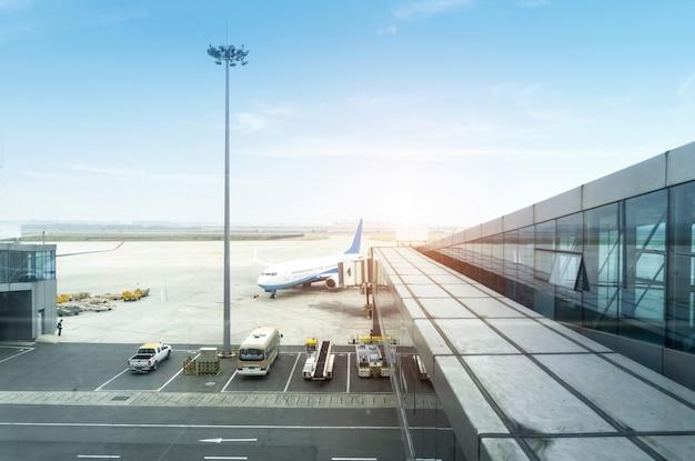 Un avion de passagers desservi par des services au sol avant le prochain décollage Photo Premium