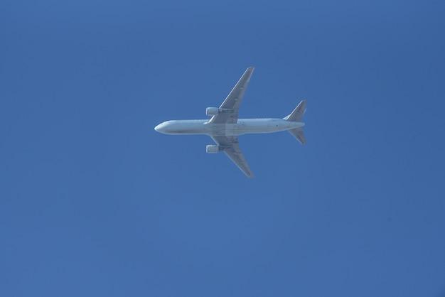 Avion de passagers survolant le ciel bleu Photo Premium