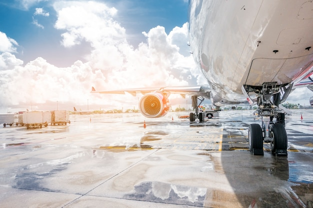 Avion en préparation prêt à décoller à l'aéroport international Photo Premium