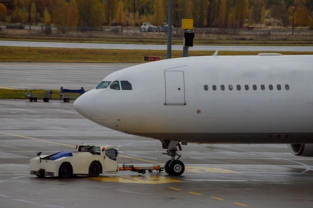 Avion à réaction amarré à l'aéroport lors du chargement Photo Premium