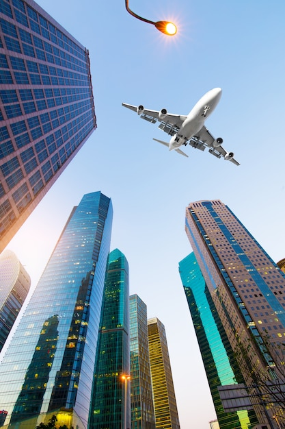 Avion avec shanghai skyline du centre financier de lujiazui Photo Premium