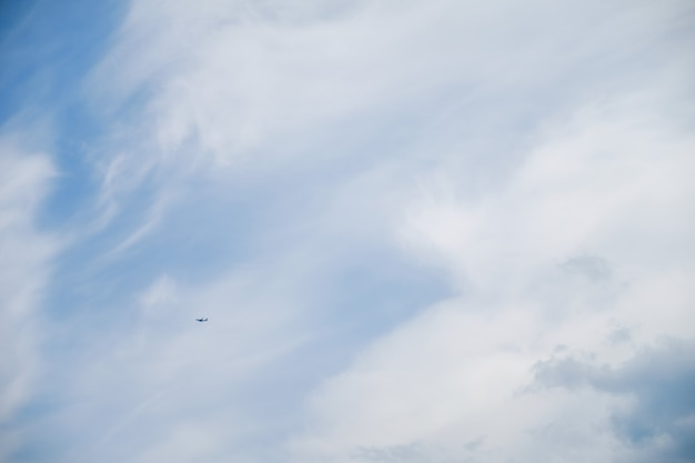 Un avion volant dans le ciel bleu Photo Premium