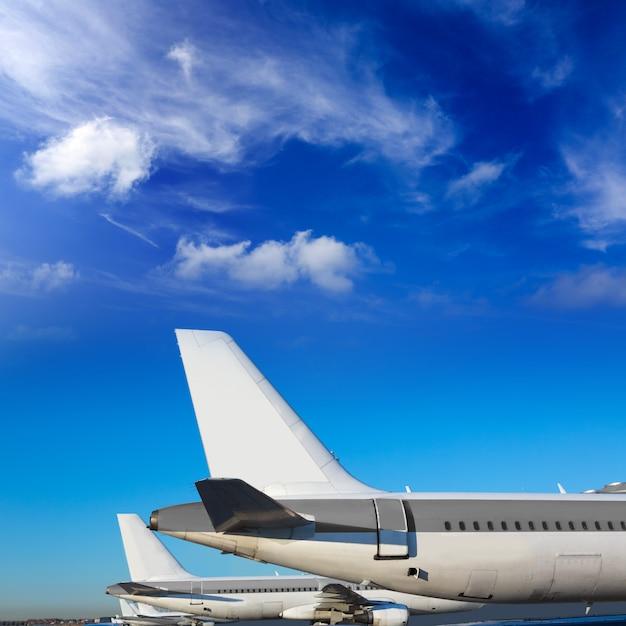 Avions dans une rangée sous le ciel bleu Photo Premium