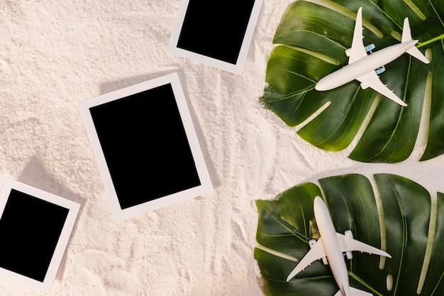 Avions jouets sur les feuilles et les cadres photo Photo gratuit