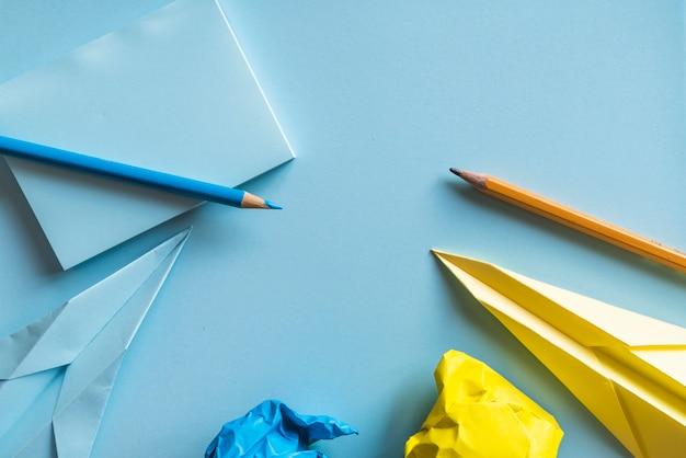 Avions en papier et crayons Photo gratuit