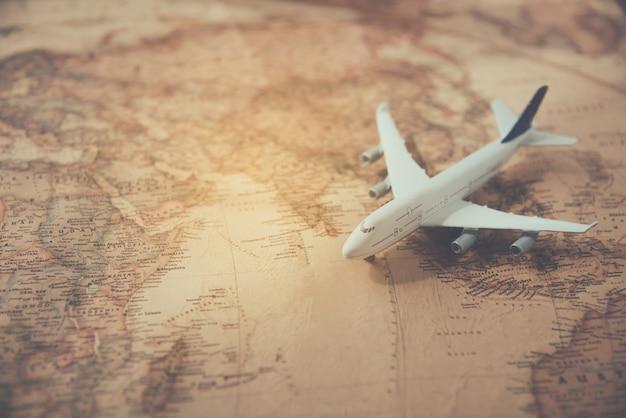 Avions placés sur un concept de voyage carte Photo Premium
