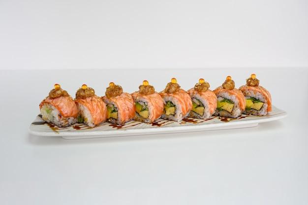 Avocat Fourré Au Saumon Fumé, Kani, Tamago, Rouleau De Sushi Au Cornichon Et Fromage à La Crème Photo Premium