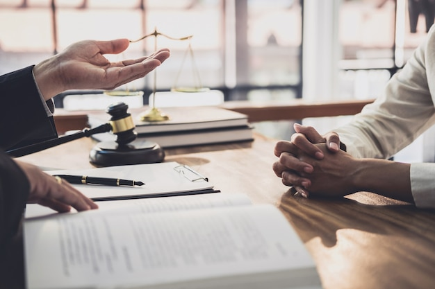 Avocat ou juge consulter lors d'une réunion d'équipe avec un client de femme d'affaires, droit et concept de services juridiques Photo Premium