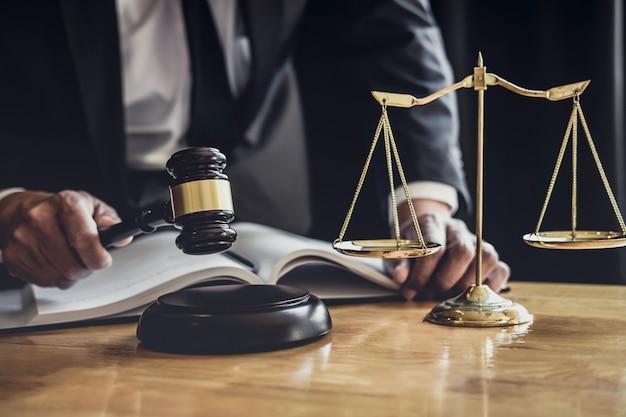 Avocat Ou Juge Travaillant Avec Des Documents Contractuels, Des Documents, Un Marteau Et Des Balances De Justice Photo Premium
