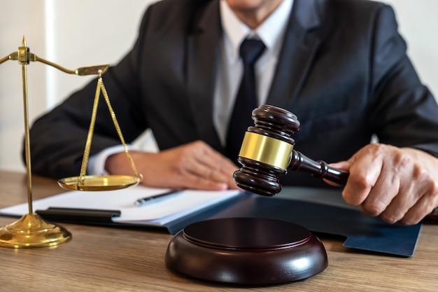 Avocat ou notaire travaillant sur un document et un rapport sur l'affaire importante du cabinet d'avocats Photo Premium