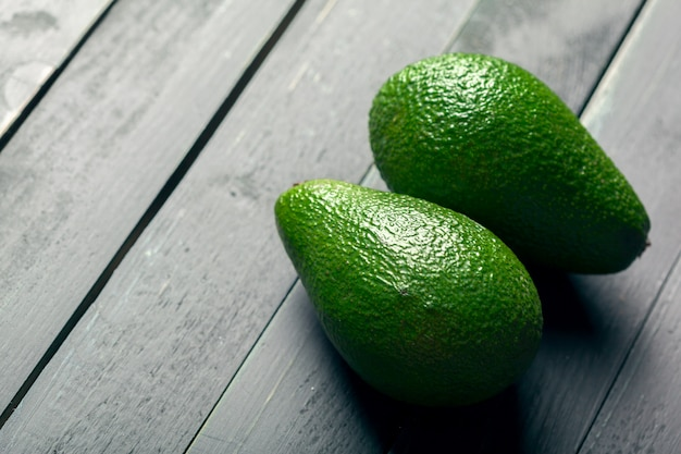 Avocat Sur Une Table En Bois Photo Premium