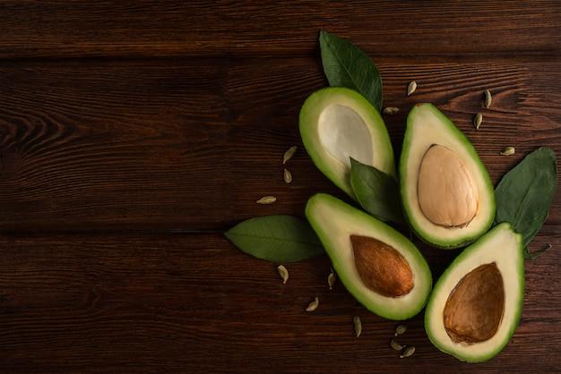 Avocat Végétarien Cru Sur Bois Photo Premium