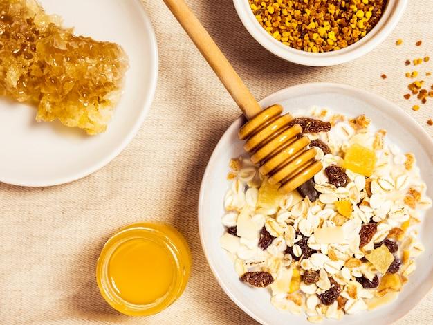 De l'avoine saine et du miel biologique pour un délicieux petit-déjeuner Photo gratuit