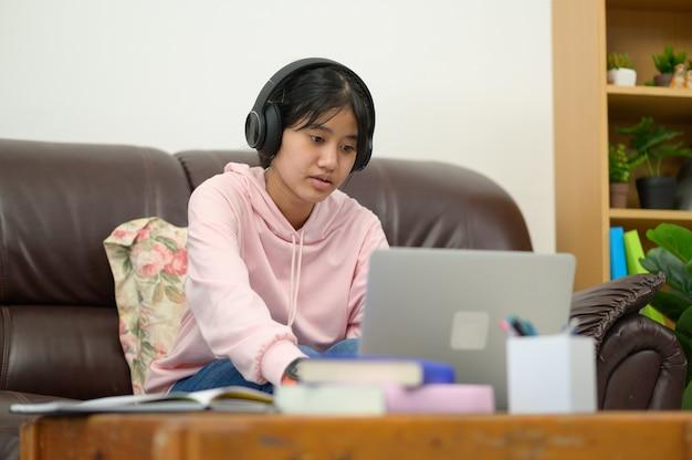 Avoir Une Leçon En Ligne.les Enfants Asiatiques Auto-apprentissage Avec E-learning à La Maison. éducation En Ligne Et Concept D'auto-apprentissage Et D'enseignement à La Maison. Photo Premium