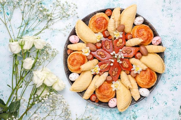 Azerbaïdjan Traditionnel Vacances Novruz Cookies Baklavas Et Shakarburas Sur Plaque De Plateau Noir Sur La Lumière Photo gratuit