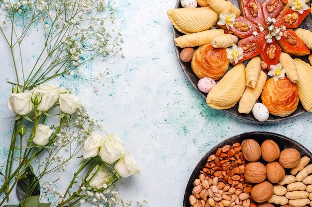 Azerbaïdjan Traditionnel Vacances Novruz Cookies Baklavas Et Shakarburas Sur Plaque De Plateau Noir Sur Table Photo gratuit