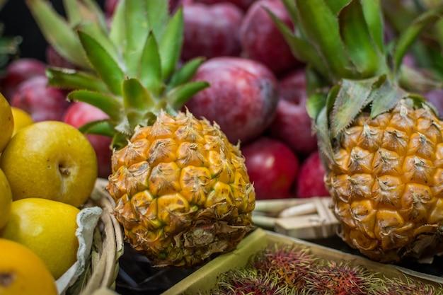 Baby ananas au marché Photo gratuit