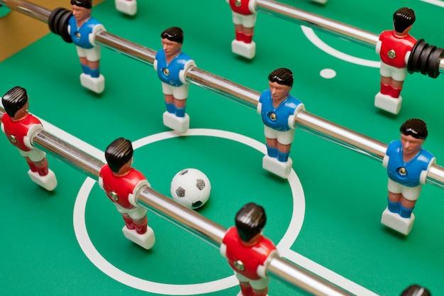Baby-foot, deux équipes vont jouer le ballon. Photo Premium