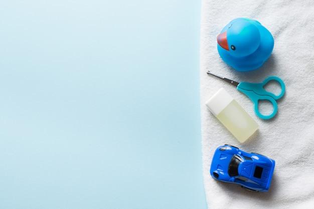 Baby shower flat étendre sur bleu. jouets et shampoing pour enfants. Photo Premium