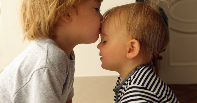 Babygirl et babyboy s'embrasser Photo Premium