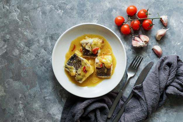 Bacalao Al Pil Pil, Morue Salée à La Sauce émulsionnée à L'huile D'olive Photo Premium