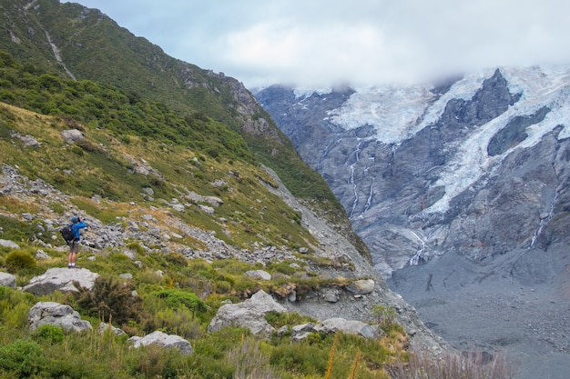 Backpackers voyage au parc national aoraki mount cook, en nouvelle-zélande Photo Premium