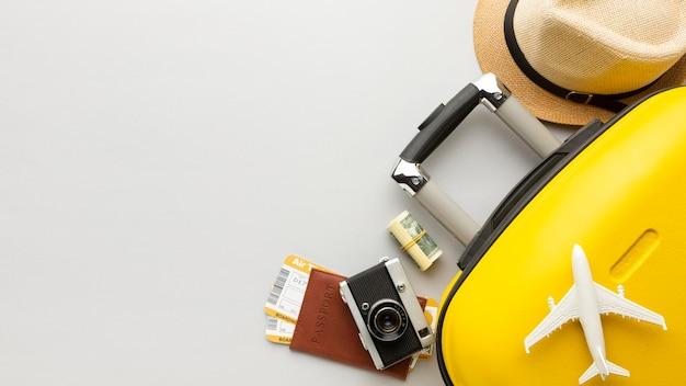 Bagages Jaunes à Plat Avec Copie-espace Photo gratuit