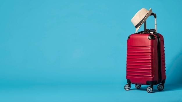 Bagages Rouges Avec Copie-espace Photo gratuit