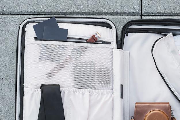 Bagages touristiques assis sur du béton Photo gratuit