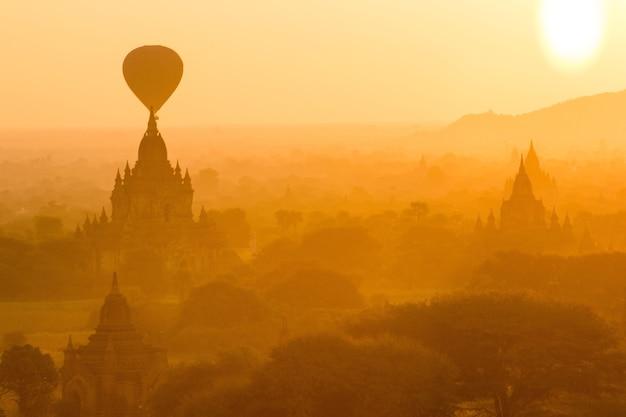 Bagan au lever du soleil, mandalay, myanmar Photo Premium